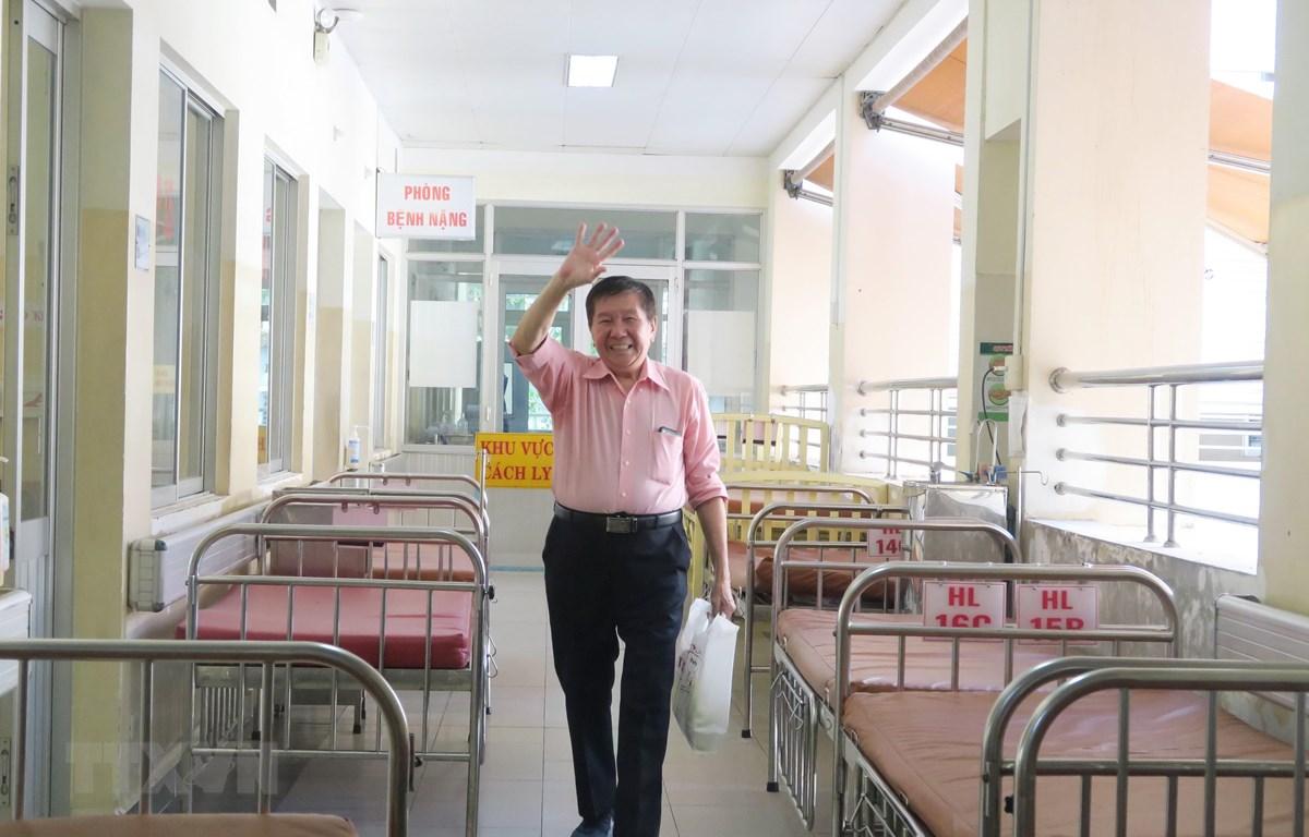 Bệnh nhân T.K.H (73 tuổi, quốc tịch Mỹ) tươi cười bước ra từ khu vực cách ly chiều 21/2/2020. (Ảnh: Đinh Hằng/TTXVN)