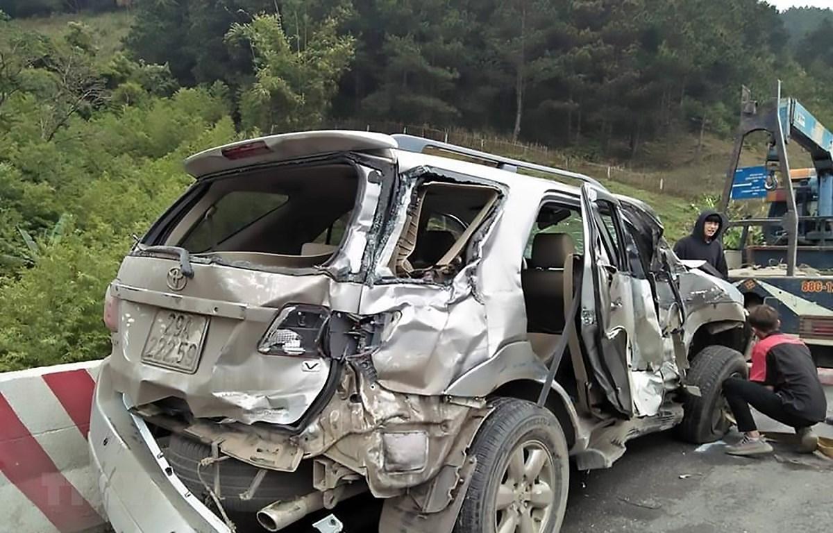 Xe ôtô con gặp nạn bị hư hỏng nặng. (Ảnh: TTXVN phát)