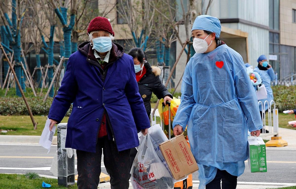 Bệnh nhân nhiễm COVID-19 xuất viện sau khi được chữa khỏi tại bệnh viện ở Vũ Hán, tỉnh Hồ Bắc, Trung Quốc, ngày 19/2/2020. (Ảnh: THX/TTXVN)