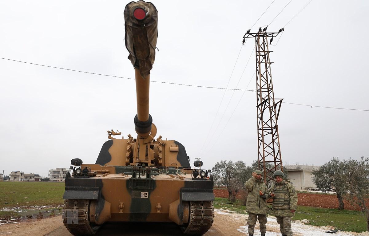 Binh sỹ và xe quân sự Thổ Nhĩ Kỳ được triển khai tại thị trấn Binnish, tỉnh Idlib, Syria, ngày 12/2/2020. (Ảnh: AFP/TTXVN)