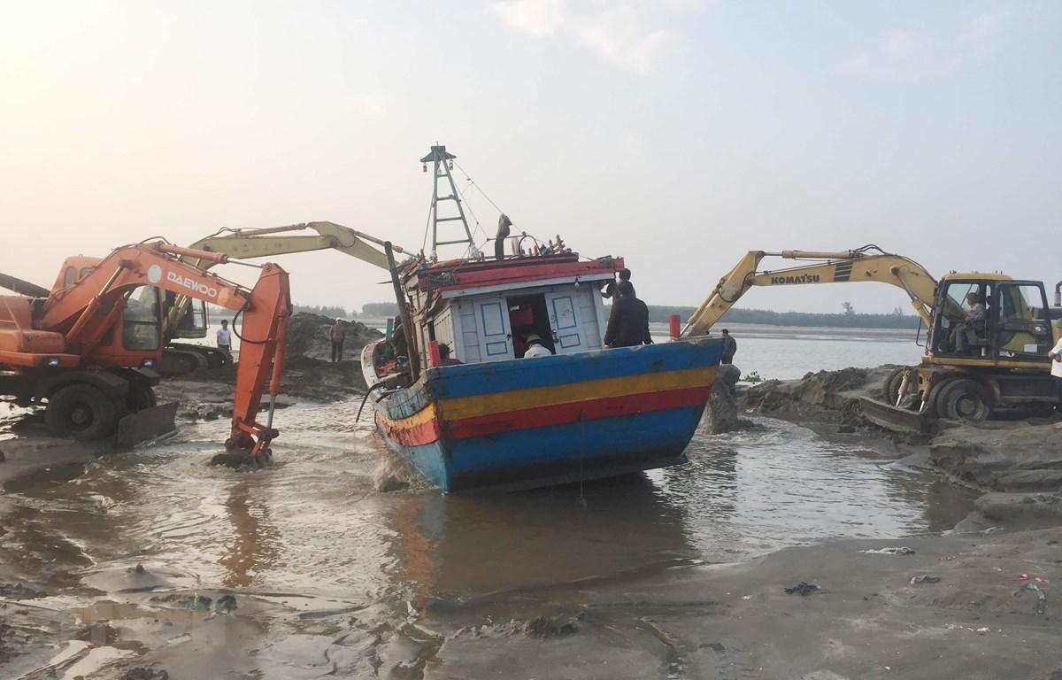 Giải cứu tàu cá mắc cạn. (Ảnh: Nguyễn Oanh/TTXVN)