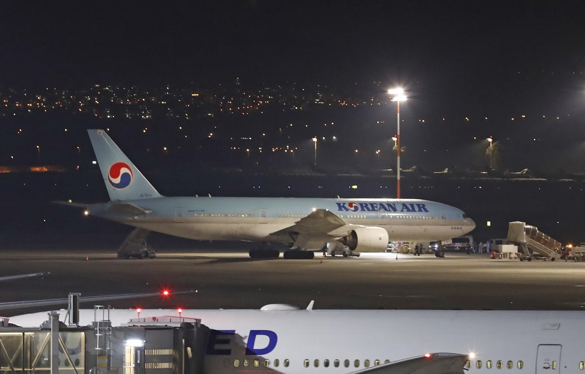 Máy bay của Hàn Quốc đậu tại sân bay quốc tế Ben Gurion ở Tel Aviv, Israel ngày 22/2/2020. (Ảnh: AFP/TTXVN)