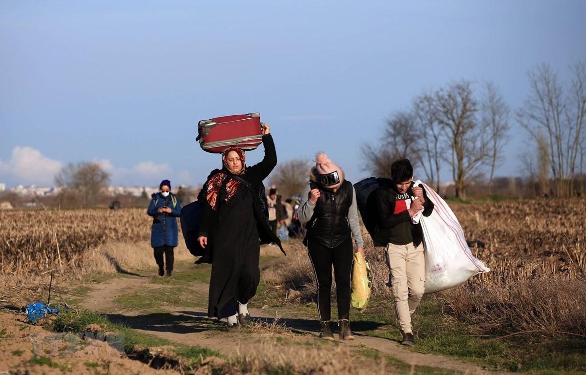 Người di cư tiến về khu vực biên giới Thổ Nhĩ Kỳ - Hy Lạp ở tỉnh Edirne, Thổ Nhĩ Kỳ, ngày 28/2/2020. (Ảnh: THX/TTXVN)