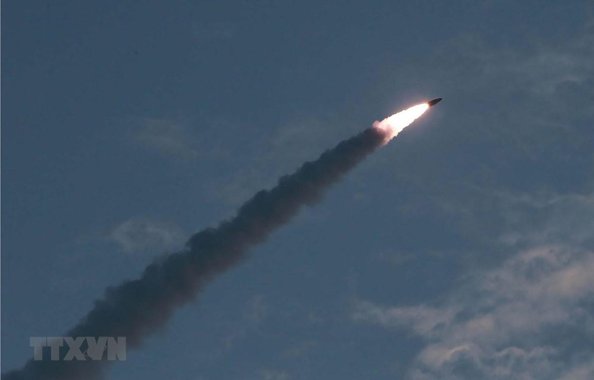 Một vụ thử tên lửa đạn đạo tầm ngắn kiểu mới tại địa điểm không xác định ở Triều Tiên ngày 25/7/2019. (Ảnh: AFP/TTXVN)