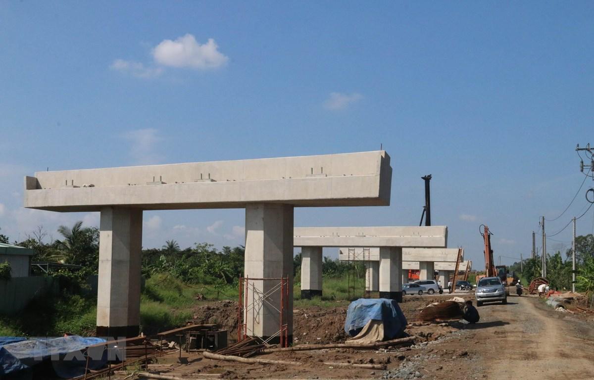Dự án cao tốc Trung Lương-Mỹ Thuận vẫn còn gặp khó khăn về vốn. Trong ảnh: Hiện trạng thi công gói thầu xây lắp số 17 (huyện Cái Bè, Tiền Giang). (Ảnh: Minh Trí/TTXVN)