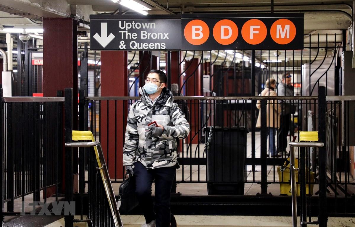 Người dân đeo khẩu trang phòng dịch COVID-19 tại ga tàu điện ngầm ở Manhattan thuộc New York, Mỹ ngày 5/3/2020. (Ảnh: THX/TTXVN)