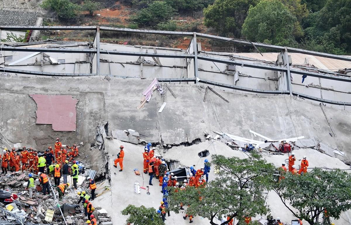 Nhân viên cứu hộ tìm kiếm các nạn nhân trong vụ sập khách sạn ở Tuyền Châu, tỉnh Phúc kiến, Trung Quốc, ngày 8/3. (Ảnh: THX/TTXVN)