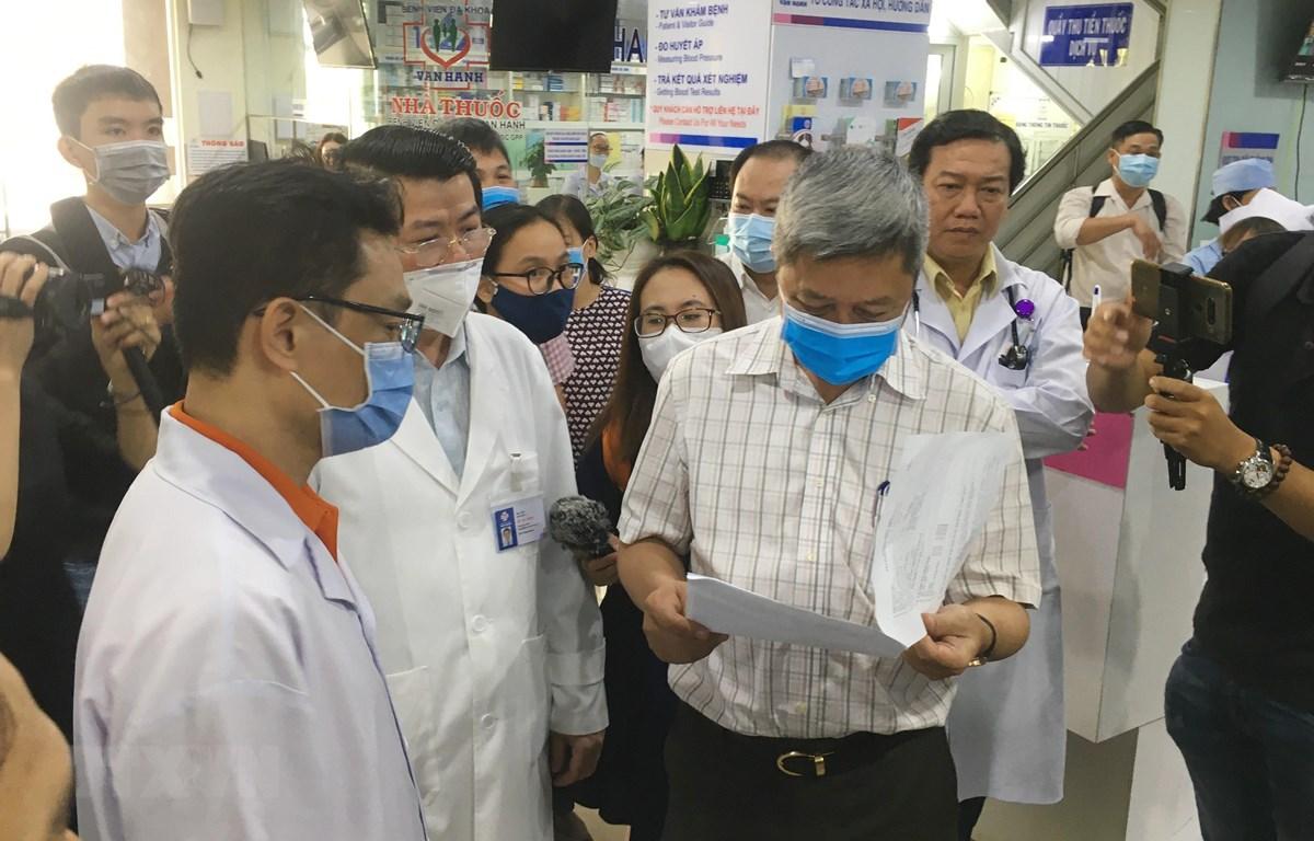 Thứ trưởng Bộ Y tế Nguyễn Trường Sơn kiểm tra quy trình thực hiện điều tra dịch tễ người bệnh tại Bệnh viện đa khoa Vạn Hạnh. (Ảnh: Đinh Hằng/TTXVN)