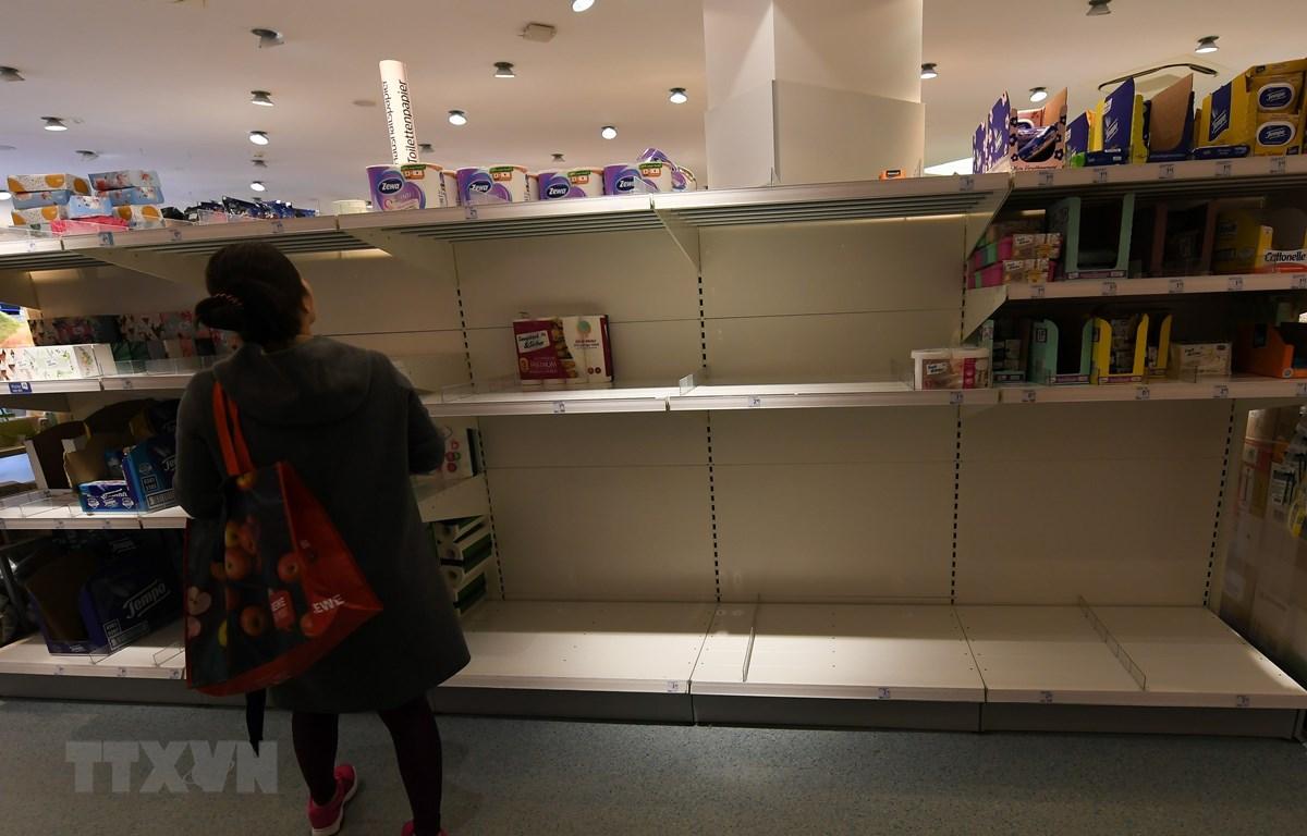Kệ hàng hóa trống trơn tại siêu thị ở Frankfurt, Đức, ngày 9/3/2020, trong bối cảnh dịch COVID-19 lan rộng. (Ảnh: THX/TTXVN)