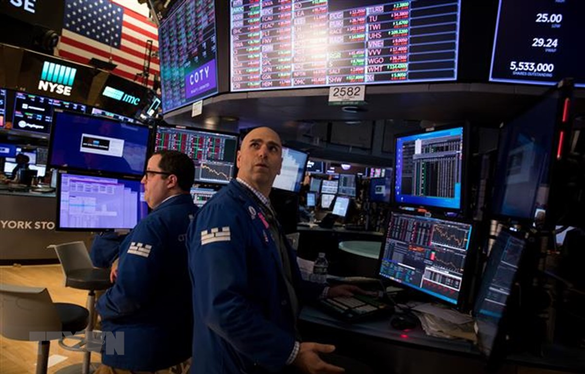 Giao dịch viên tại Sàn giao dịch chứng khoán New York, Mỹ, ngày 11/3/2020. (Ảnh: THX/TTXVN)
