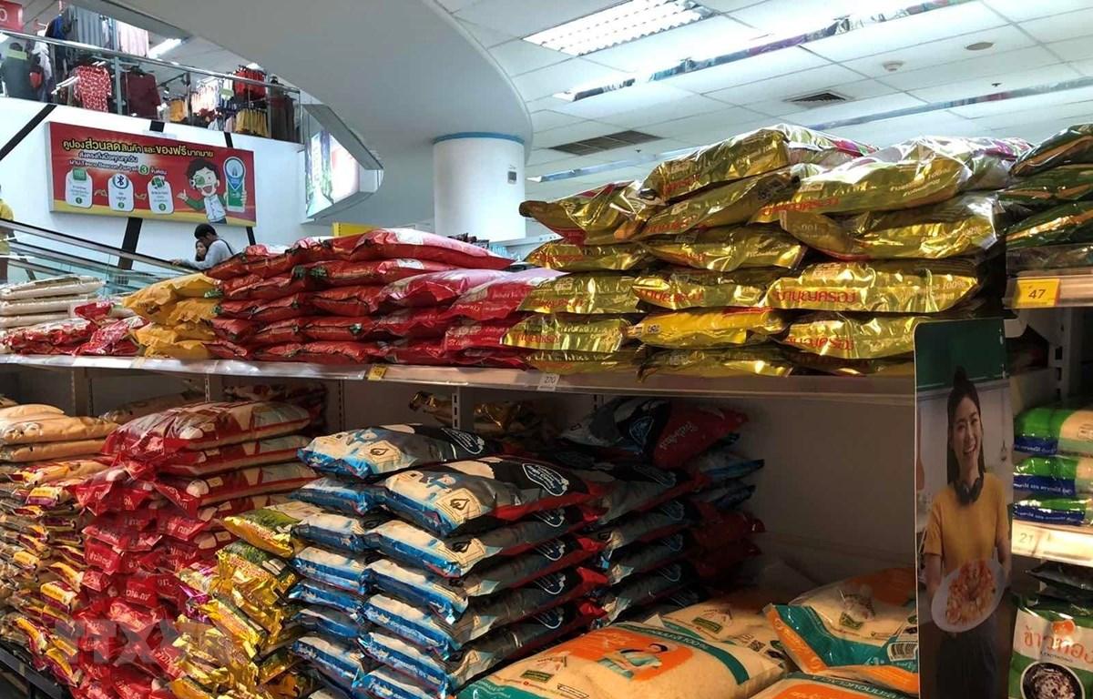 Gạo được bày bán với mẫu mã đa dạng trong các siêu thị tại thủ đô Bangkok. (Ảnh: Ngọc Quang/TTXVN)