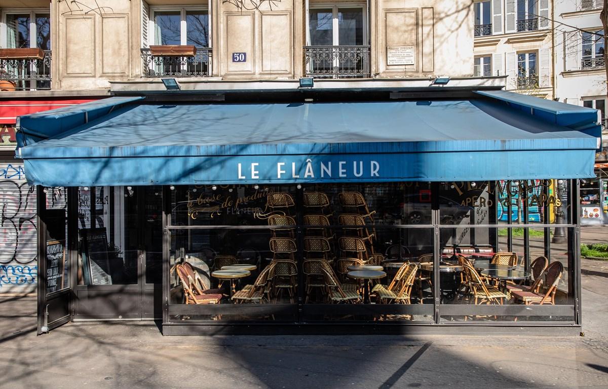 Một nhà hàng tại Paris, Pháp, đóng cửa ngày 15/3/2020 trong bối cảnh dịch COVID-19 lan rộng. (Ảnh: THX/TTXVN)