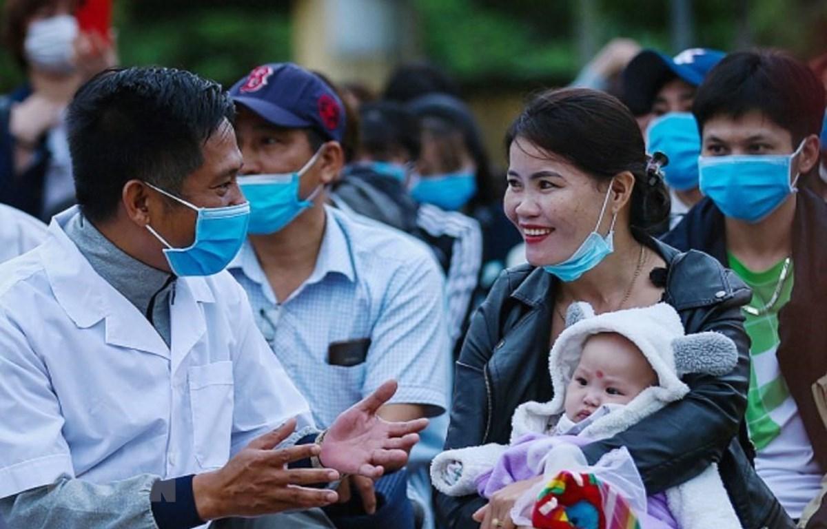 Các bác sỹ, cán bộ y tế tỉnh Hòa Bình ân cần thăm hỏi sức khỏe hai bà cháu Chị Nguyễn Thị Oanh (là công dân tình nguyện vào chăm sóc cho cháu nội 4 tháng tuổi Lưu Hà My được bố mẹ gửi về từ Hàn Quốc) trong ngày chia tay, trao giấy chứng nhận hoàn thành th