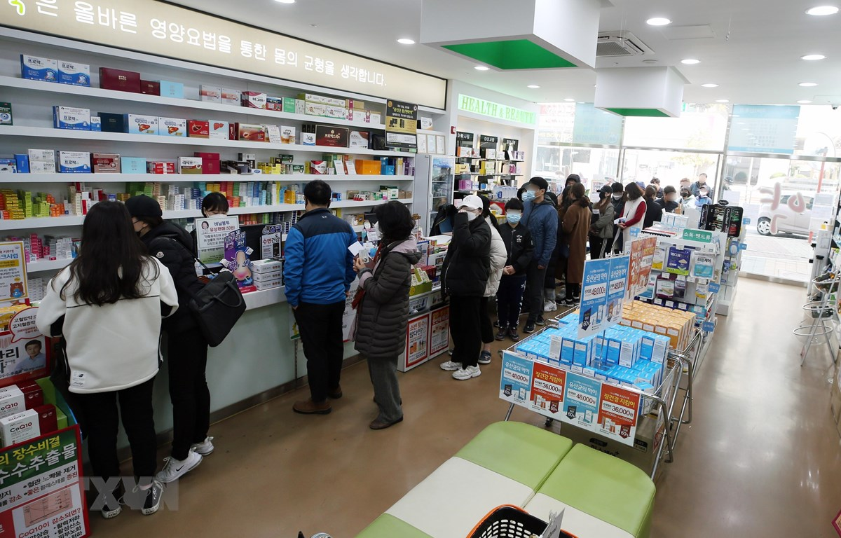 Người dân xếp hàng chờ mua khẩu trang tại một hiệu thuốc ở Gwangju, cách thủ đô Seoul của Hàn Quốc 329km về phía nam, ngày 15/3/2020. (Ảnh: Yonhap/TTXVN)