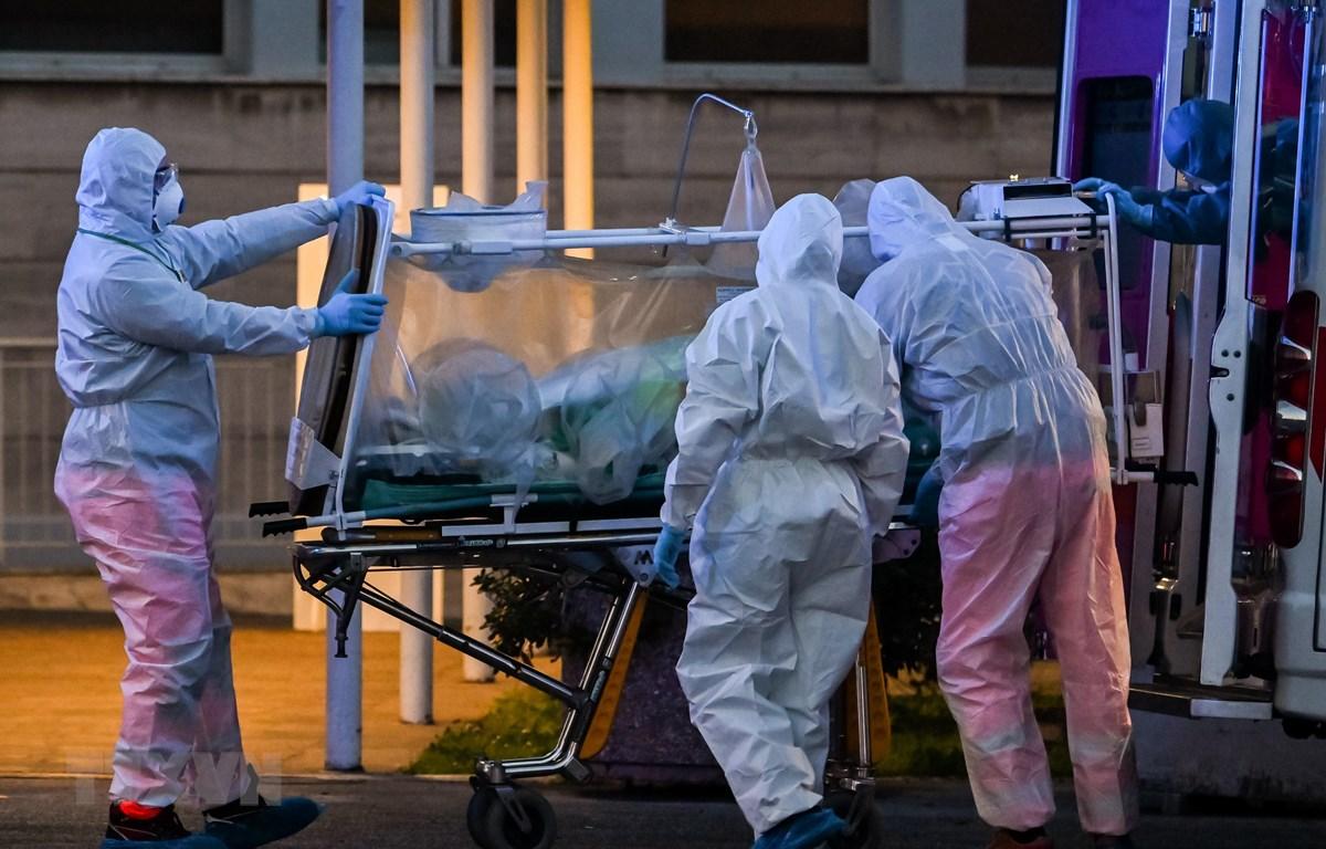 Nhân viên y tế chuyển bệnh nhân mắc COVID-19 tại một bệnh viện ở Rome, Italy. (Ảnh: AFP/TTXVN)