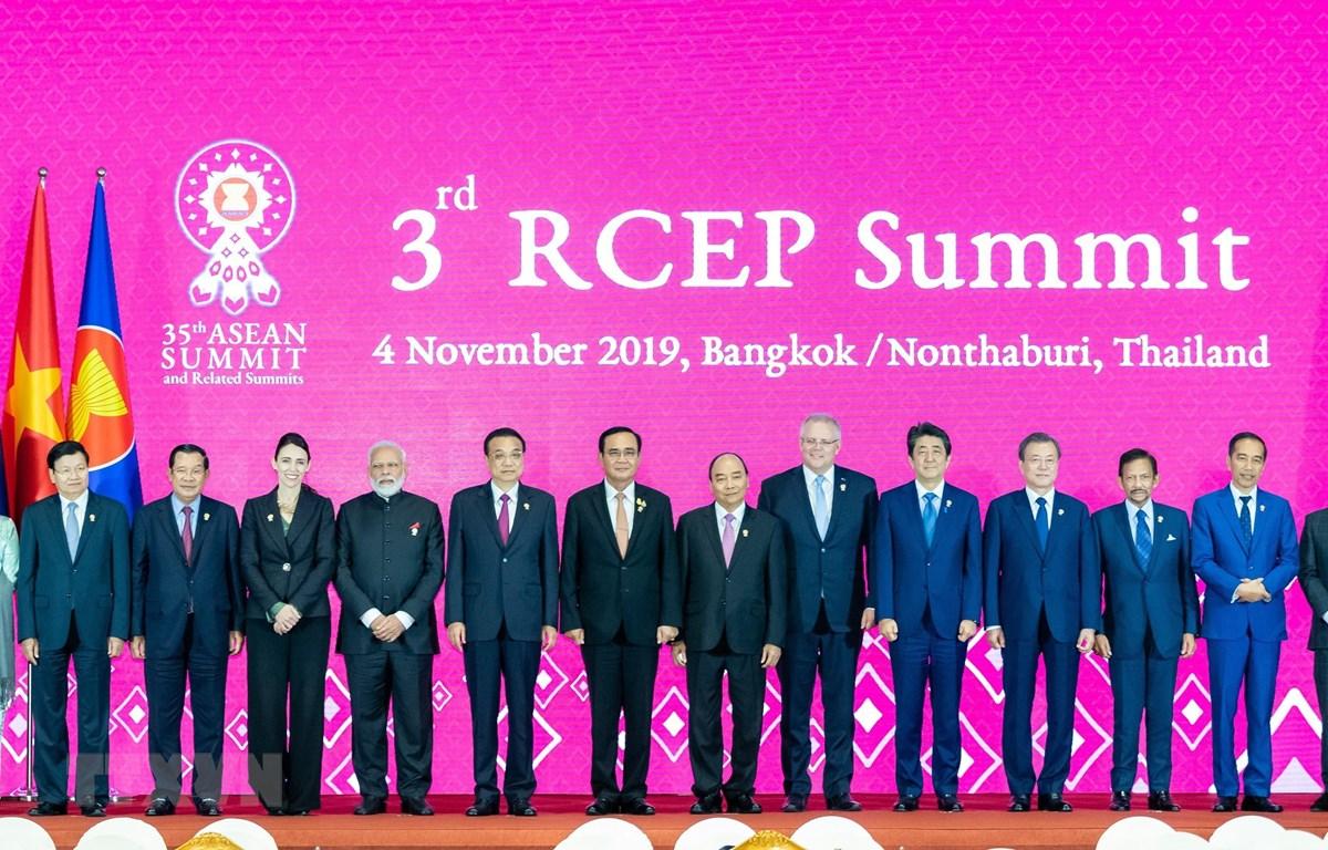 Lãnh đạo các nước thành viên Hiệp định Đối tác Kinh tế Toàn diện khu vực (RCEP) chụp ảnh chung tại Hội nghị thượng đỉnh RCEP lần thứ 3 ở Bangkok, Thái Lan, ngày 4/11/2019. (Ảnh: AFP/TTXVN)
