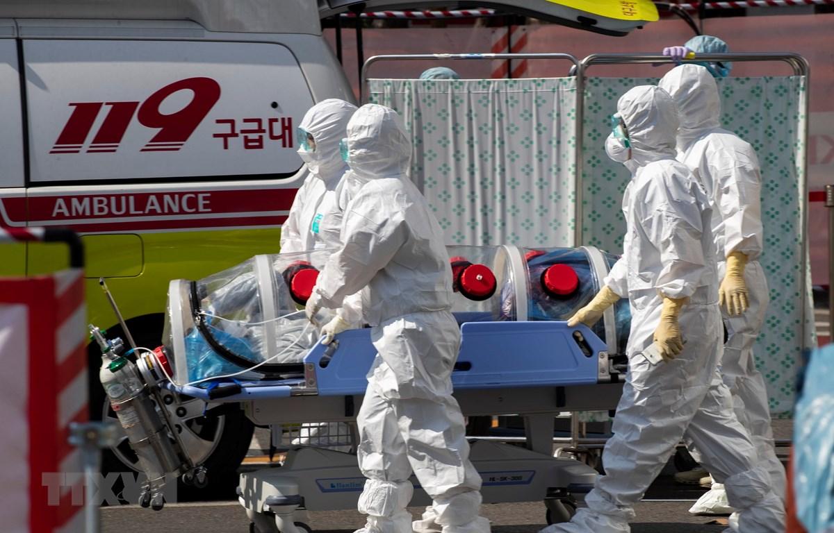 Nhân viên y tế chuyển bệnh nhân nhiễm COVID-19 tới bệnh viện Trường đại học quốc gia Kyungpook ở Daegu, Hàn Quốc. (Ảnh: THX/TTXVN)
