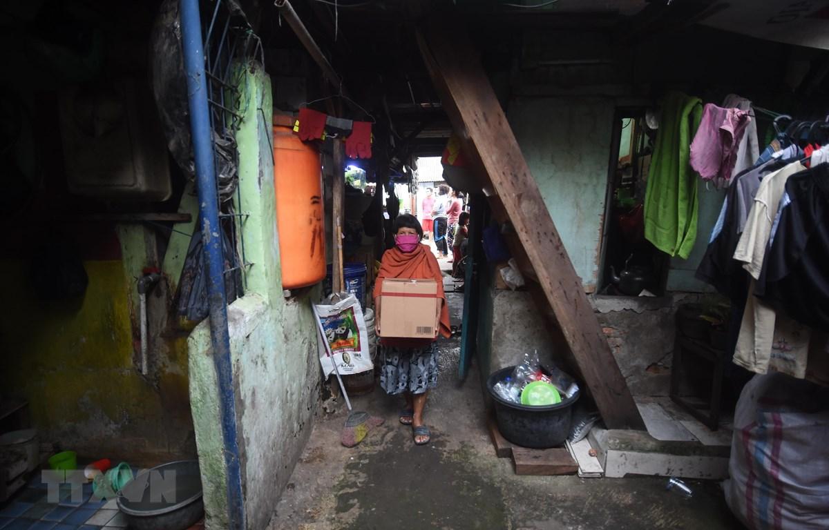 Người dân nghèo nhận nhu yếu phẩm hỗ trợ tại Jakarta, Indonesia ngày 9/4/2020 trong bối cảnh dịch COVID-19 lan rộng. (Ảnh: THX/TTXVN)