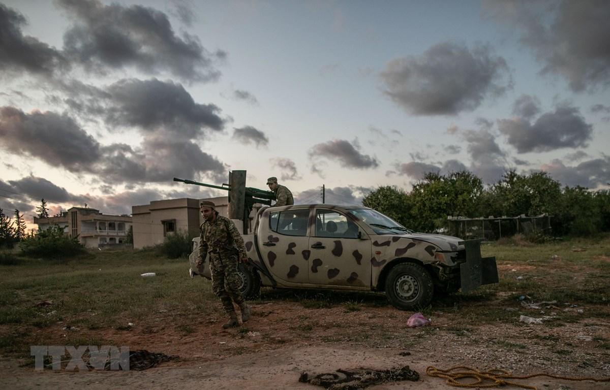 Lực lượng Chính phủ đoàn kết dân tộc Libya (GNA) trong cuộc giao tranh với lực lượng quân đội quốc gia Libya tại Tripoli, Libya. (Ảnh: THX/TTXVN)