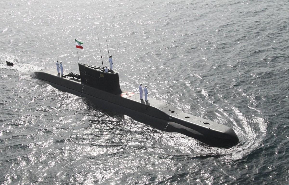 Tàu ngầm của hải quân Iran tham gia huấn luyện tại Vịnh Oman, ngày 22/2/2020. (Ảnh: AFP/TTXVN)