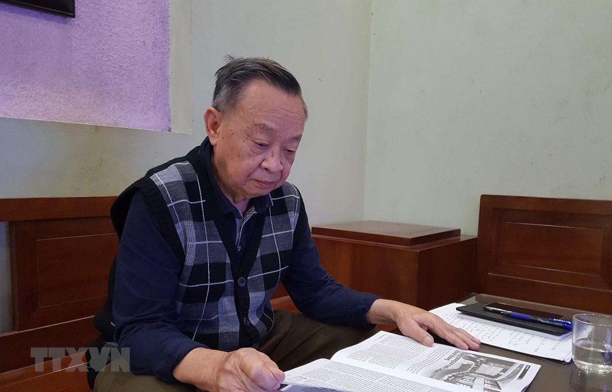 Kỹ sư Phạm Lộc đang say sưa đọc Nội san Thông tấn. (Ảnh: Đinh Thuận/TTXVN)