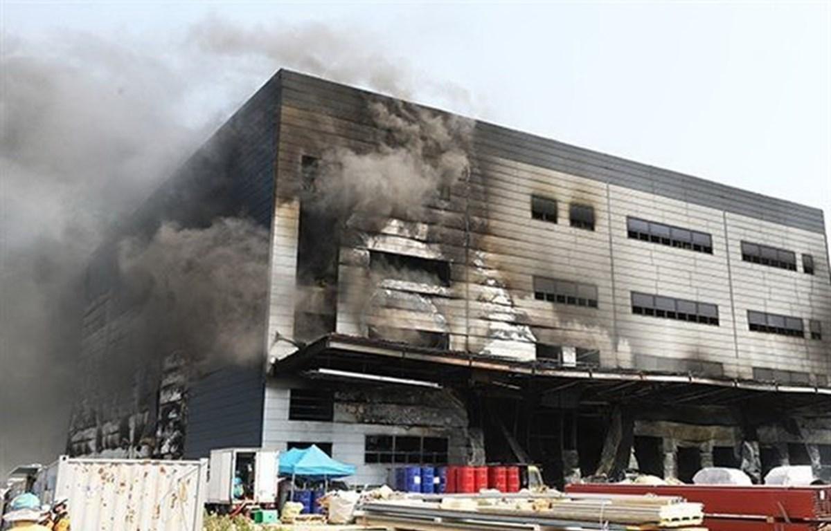 Hiện trường vụ hỏa hoạn tại công trường xây dựng nhà kho thành phố Icheon, tỉnh Gyeonggi, Hàn Quốc ngày 29/4/2020. (Ảnh: Yonhap/TTXVN)