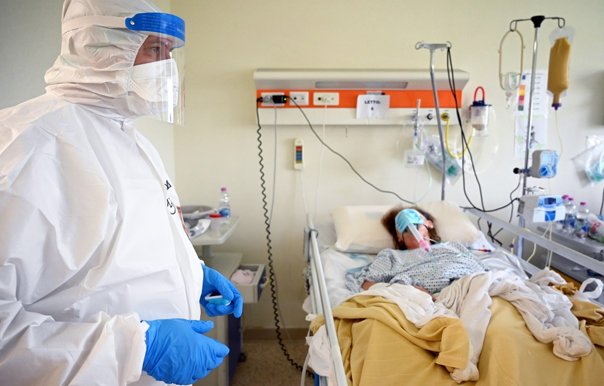 Nhân viên y tế chăm sóc bệnh nhân mắc COVID-19 tại một bệnh viện ở Rome, Italy ngày 29/4/2020. (Ảnh: AFP/TTXVN)