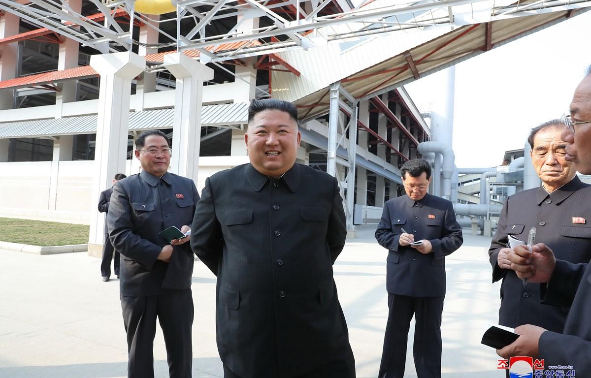 Nhà lãnh đạo Triều Tiên Kim Jong-un (giữa) thăm nhà máy sản xuất phân lân vừa khánh thành ở Sunchon, phía Bắc thủ đô Bình Nhưỡng ngày 1/5/2020. (Ảnh: Yonhap/TTXVN)