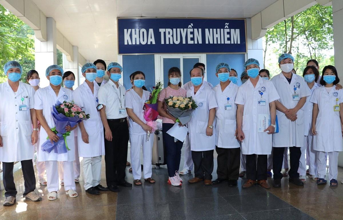 Các cán bộ, bác sỹ Bệnh viện Đa khoa tỉnh Ninh Bình chúc mừng bệnh nhân V.T.L trong ngày xuất viện. (Ảnh: Đức Phương/TTXVN)