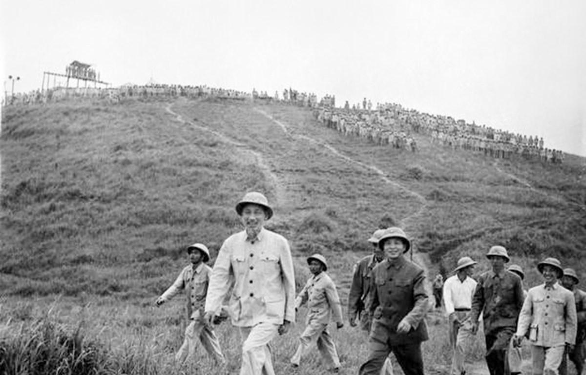 Chủ tịch Hồ Chí Minh và Đại tướng Võ Nguyên Giáp thị sát buổi diễn tập cấp Trung đoàn tấn công của Sư đoàn 308 tại Sơn Tây, năm 1957. (Ảnh: Tư liệu/TTXVN phát)