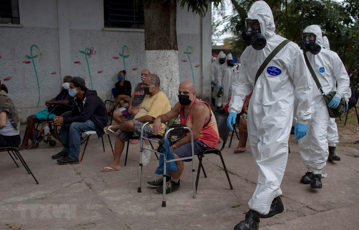 Người vô gia cư sống tại khu lều tạm để ngăn chặn sự lây lan của dịch COVID-19 tại Rio de Janeiro, Brazil. (Ảnh: AFP/TTXVN)
