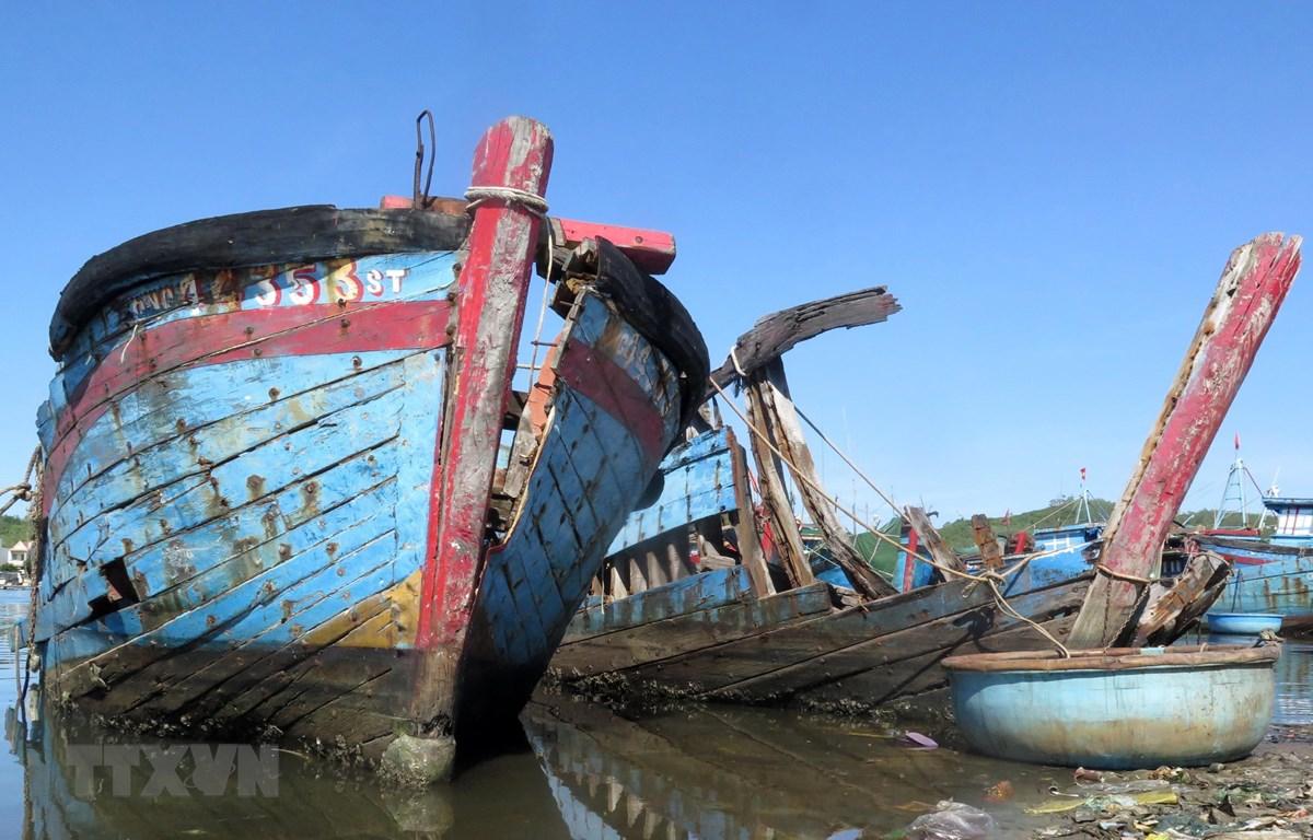 Những xác tàu nằm ngổn ngang trước cảng cá Sa Huỳnh. (Ảnh: Phước Ngọc/TTXVN)