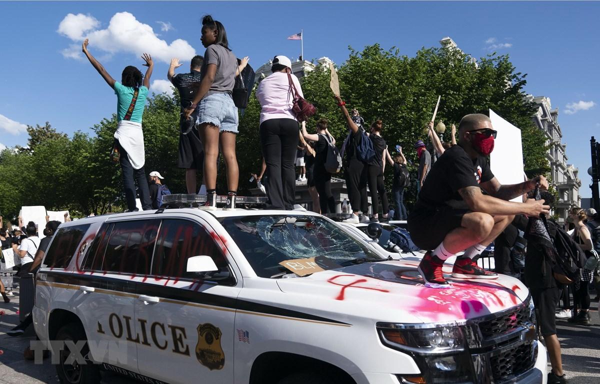Người biểu tình tuần hành tại Washington D.C., Mỹ ngày 30/5/2020, bày tỏ phẫn nộ trước cái chết của người da màu George Floyd. (Ảnh: THX/TTXVN)
