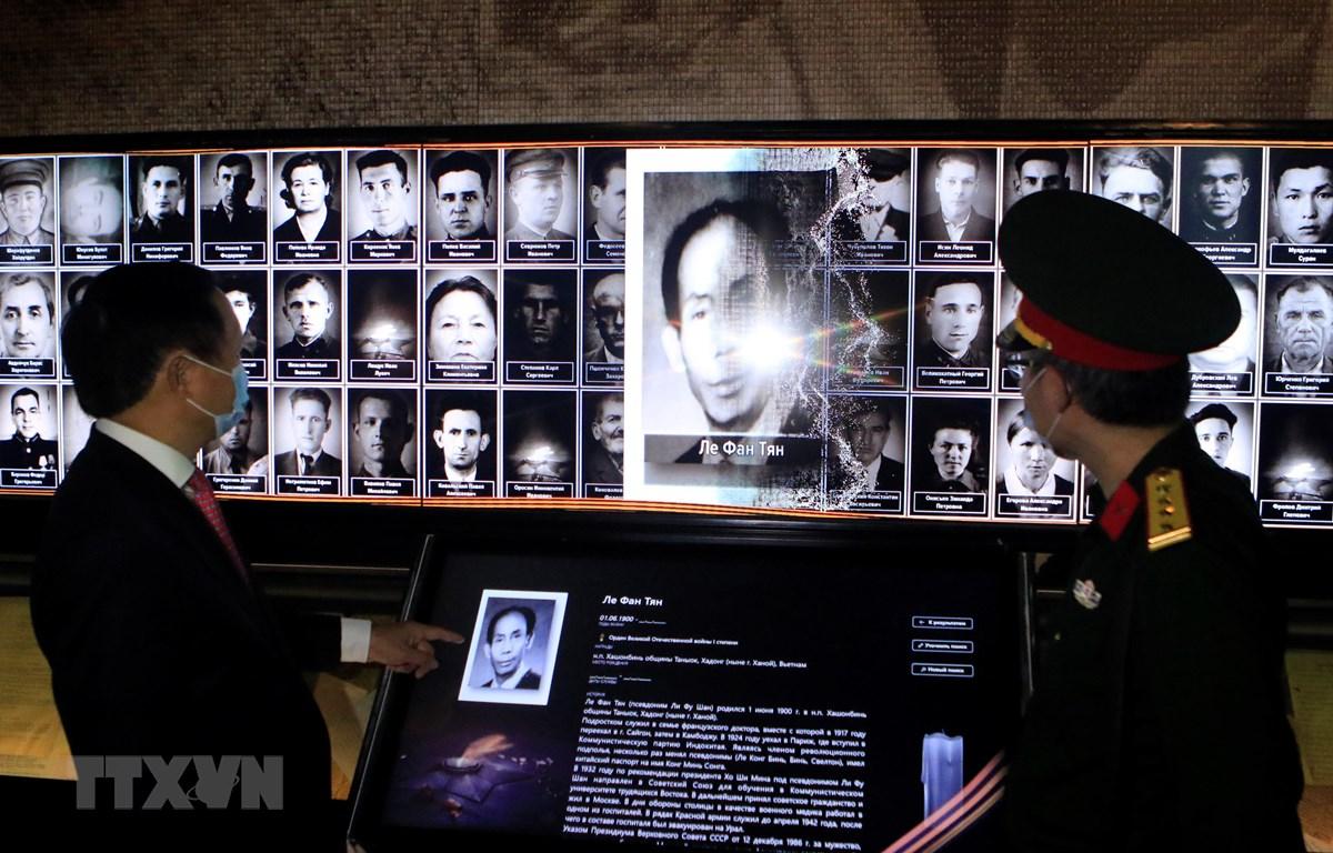 Dữ liệu về bảy chiến sỹ Việt Nam từng tham gia Hồng quân Liên Xô chiến đấu chống phátxít Đức đã được số hóa giúp khách tham quan tiện tra cứu, tìm hiểu. (Ảnh: Trần Hiếu/TTXVN)