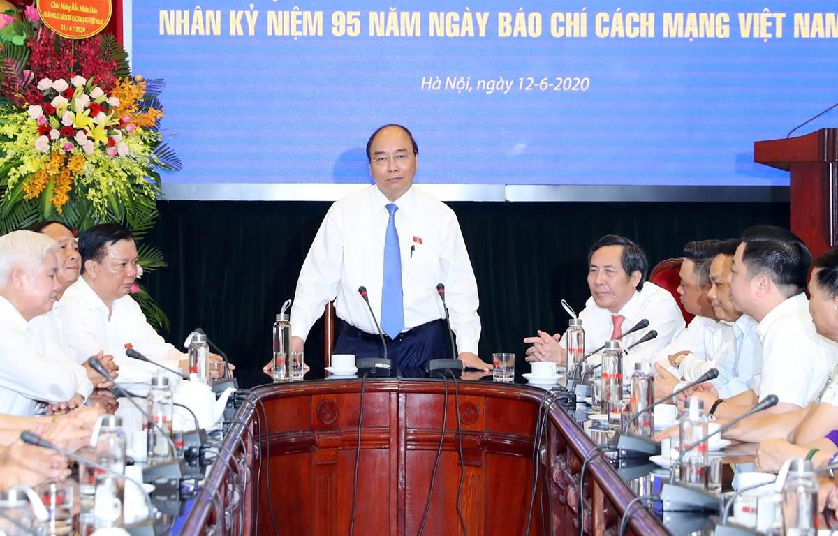 Thủ tướng Nguyễn Xuân Phúc phát biểu khi đến thăm, chúc mừng Báo Nhân Dân nhân dịp kỷ niệm 95 năm Ngày Báo chí Cách mạng Việt Nam. (Ảnh: Thống Nhất/TTXVN)