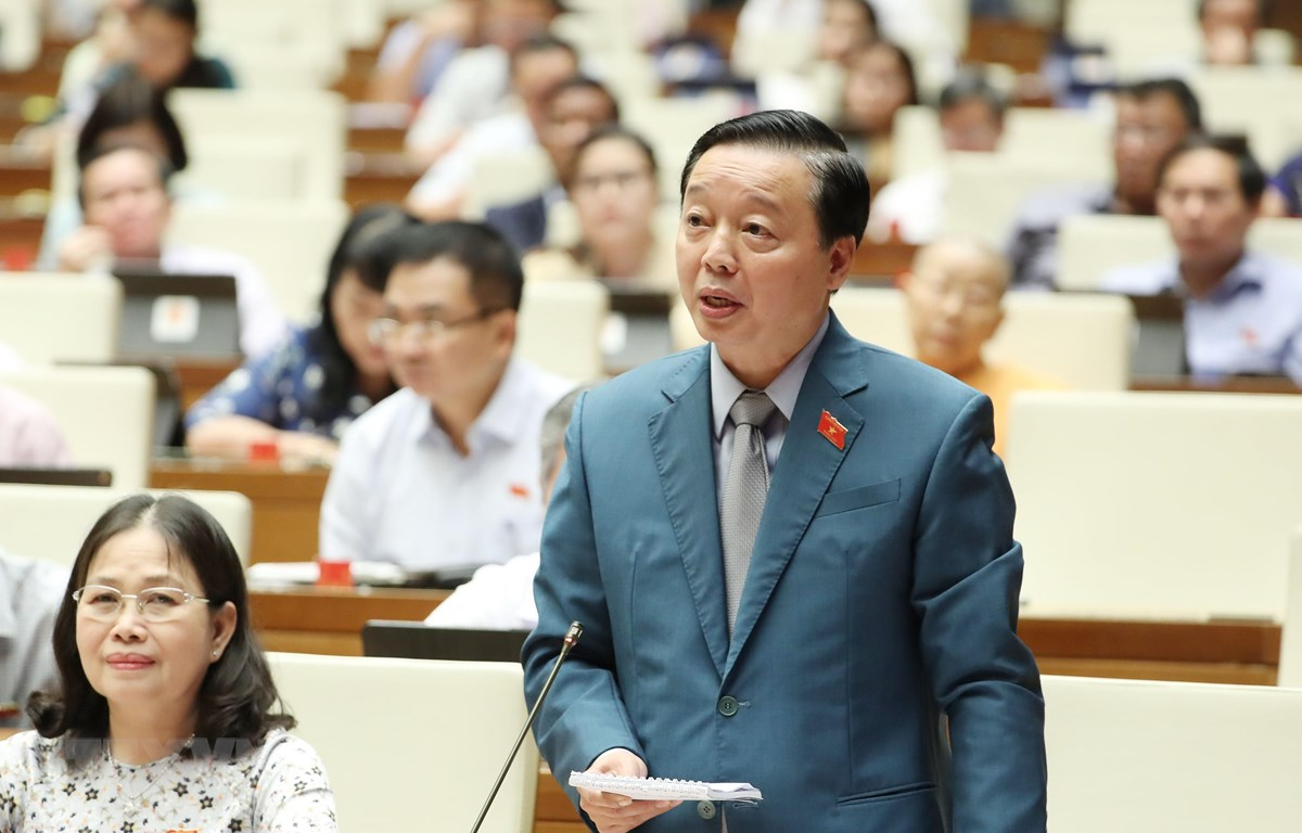 Bộ trưởng Bộ Tài nguyên và Môi trường Trần Hồng Hà trả lời và làm rõ một số vấn đề các đại biểu Quốc hội nêu. (Ảnh: TTXVN)