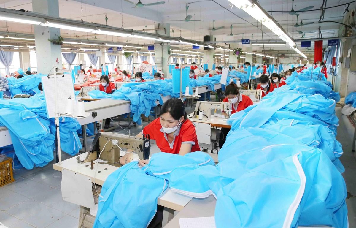 Công ty cổ phần May Chiến Thắng chuyển đổi dây chuyền sang may quần áo bảo hộ y tế. (Ảnh: Phương Hoa/TTXVN)