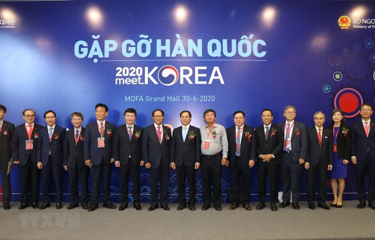Thứ trưởng Thường trực Bộ Ngoại giao Bùi Thanh Sơn, Đại sứ Hàn Quốc tại Việt Nam Park Noh Wan với các đại biểu. (Ảnh: Văn Điệp/TTXVN)