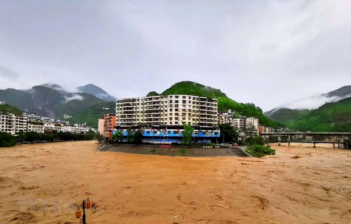 Nước sông dâng cao do mưa lũ tại Trùng Khánh, Trung Quốc. (Ảnh: THX/TTXVN)