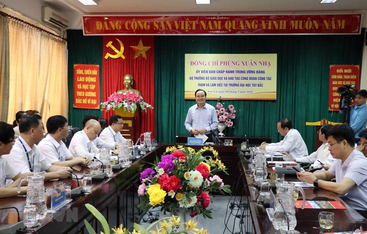 Bộ trưởng Bộ Giáo dục và Đào tạo Phùng Xuân Nhạ phát biểu tại buổi làm việc với Trường Đại học Tây Bắc. (Ảnh: Hữu Quyết/TTXVN)