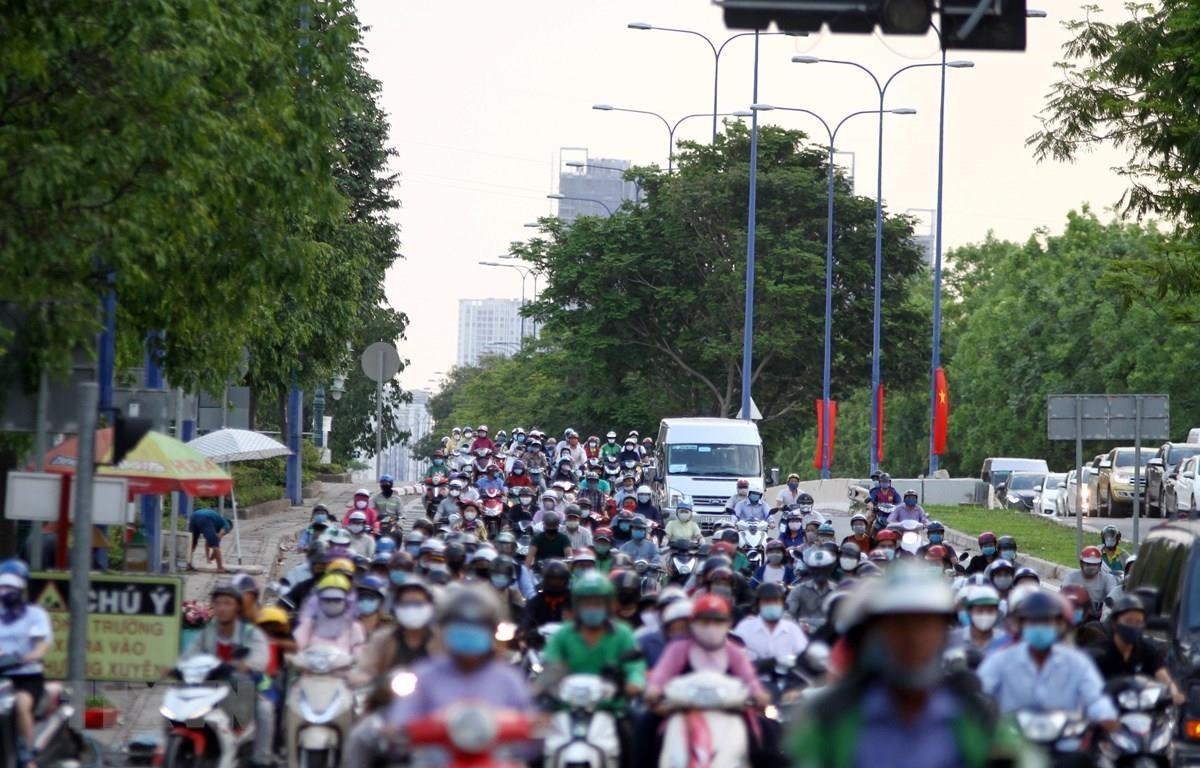 Các phương tiện lưu thông trên đường Mai Chí Thọ, Thành phố Hồ Chí Minh. (Ảnh: Tiến Lực/TTXVN)
