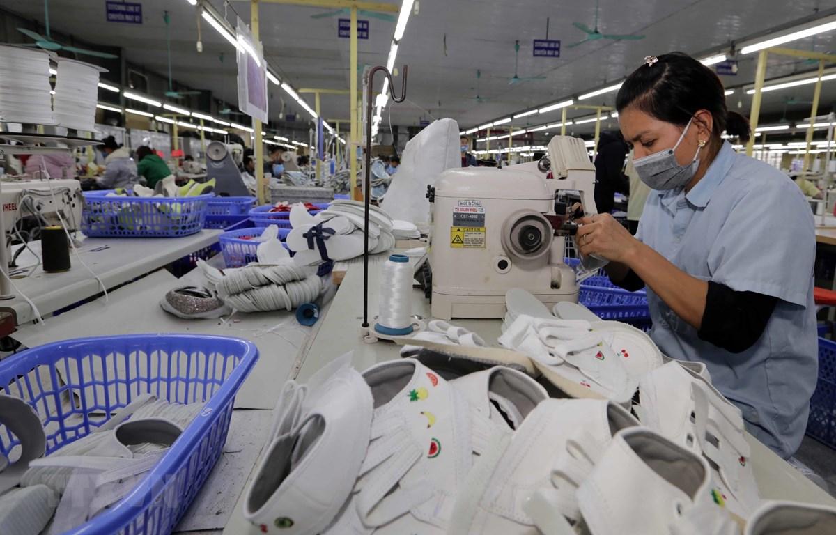 May giày xuất khẩu tại Công ty Trách nhiệm hữu hạn hóa dệt Hà Tây, xã Cam Thượng, Ba Vì, Hà Nội. (Ảnh: Trần Việt/TTXVN)