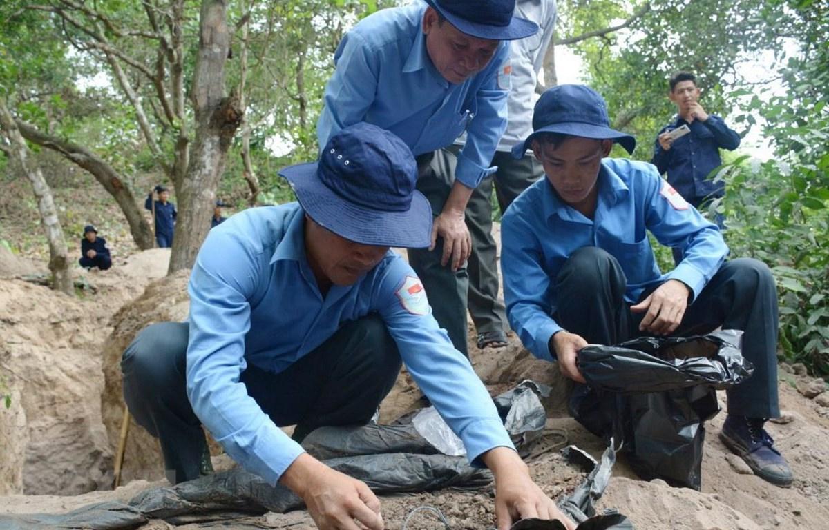 Cán bộ, chiến sỹ Đội K93 tìm kiếm hài cốt liệt sỹ quân tình nguyện Việt Nam hy sinh qua các thời kỳ chiến tranh ở trên địa bàn huyện Tịnh Biên, tỉnh An Giang trong giai đoạn mùa khô năm 2020. (Ảnh: Công Mạo/TTXVN)