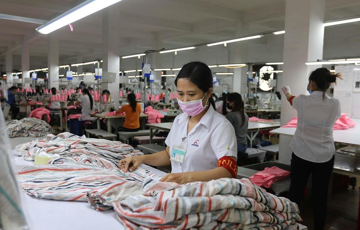 Sản xuất hàng may mặc tại Công ty Cổ phần Thương mại xuất nhập khẩu May Phương Nam (quận Gò Vấp). (Ảnh: Thanh Vũ/TTXVN)