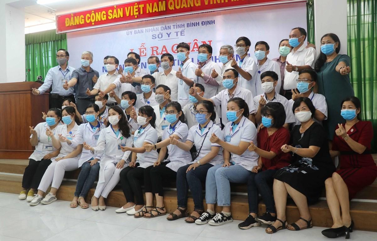 Đoàn y, bác sỹ tình nguyện tỉnh Bình Định chính thức lên đường chi viện Đà Nẵng chống dịch Covid-19 trước lúc lên đường làm nhiệm vụ. (Ảnh: Phạm Kha/TTXVN)