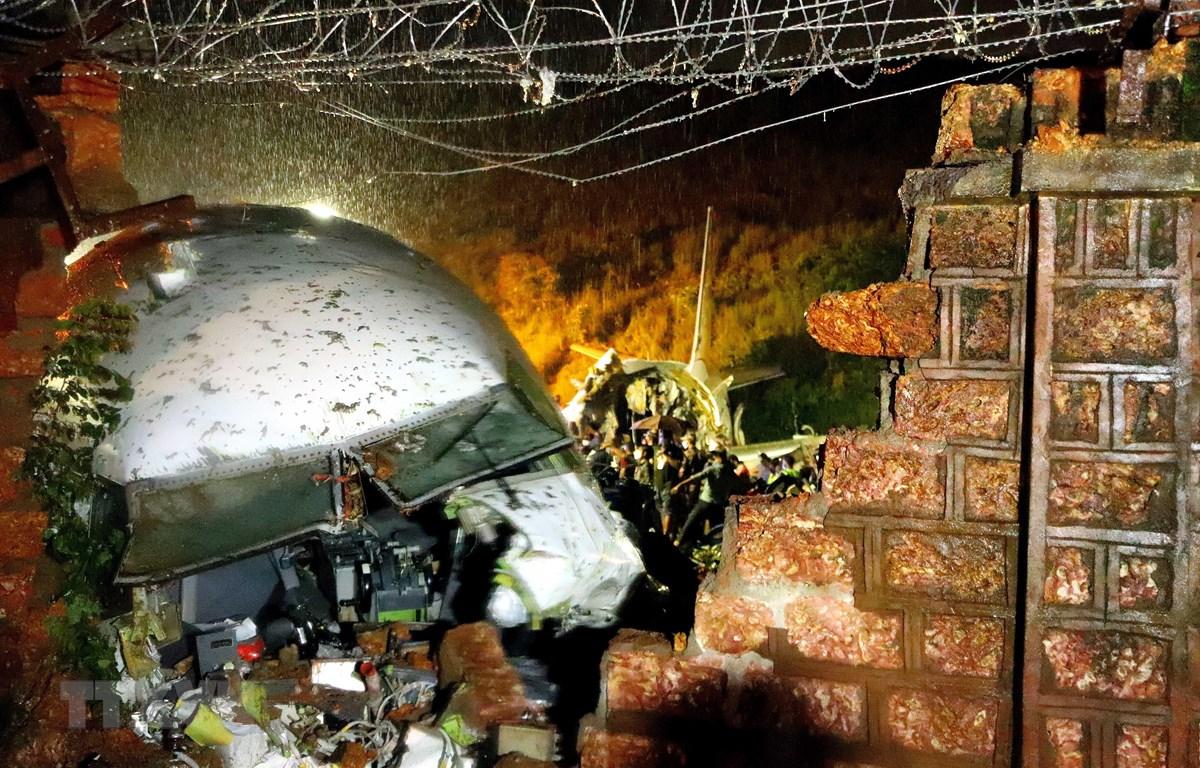 Lực lượng cứu hộ giải cứu các nạn nhân vụ tai nạn máy bay chở khách ở sân bay Kozhikode, Ấn Độ ngày 7/8/2020. (Ảnh: THX/TTXVN)