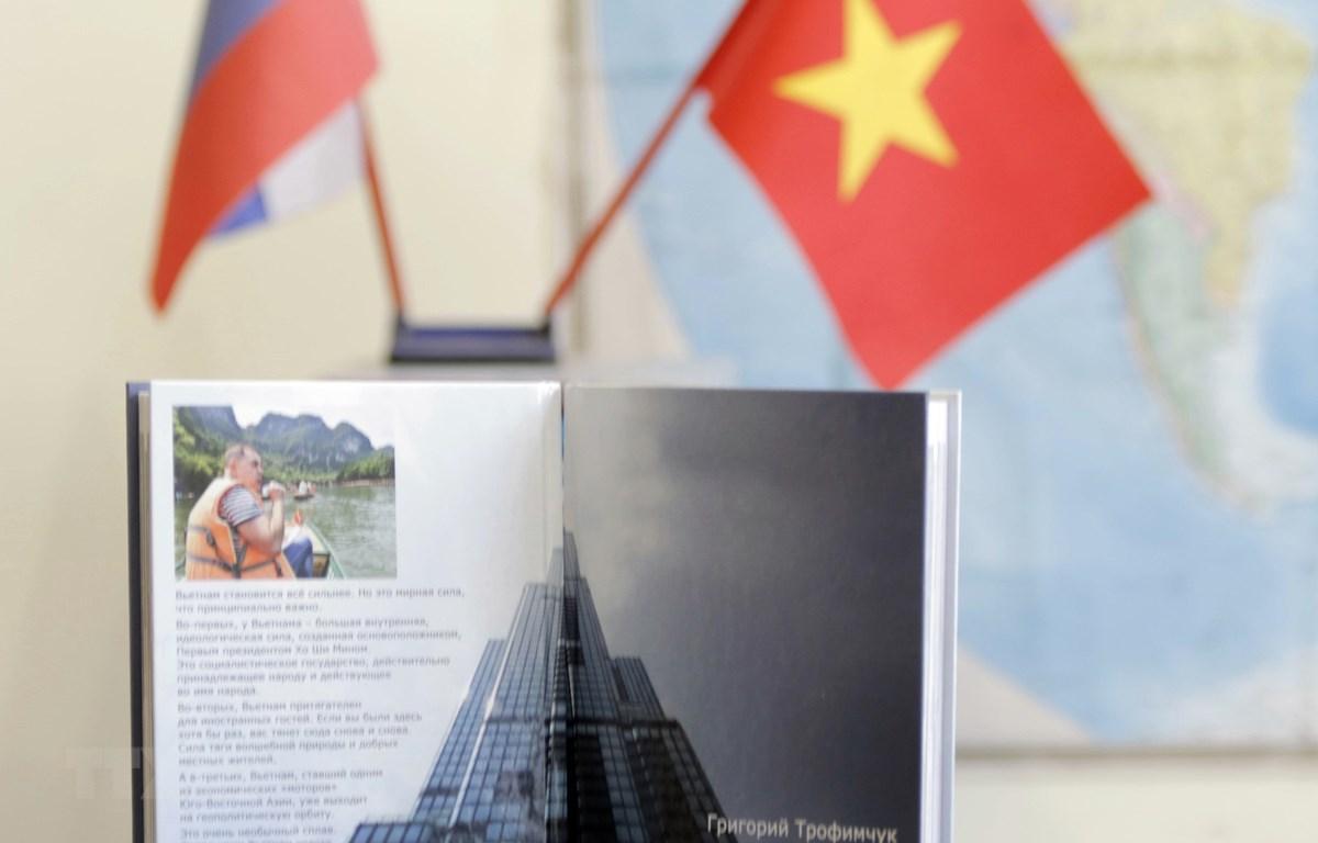 """Cuốn sách """"Việt Nam cất cánh"""" góp phần tô thắm thêm tình hữu nghị Việt Nam-Liên bang Nga. (Ảnh: Hồng Quân/TTXVN)"""