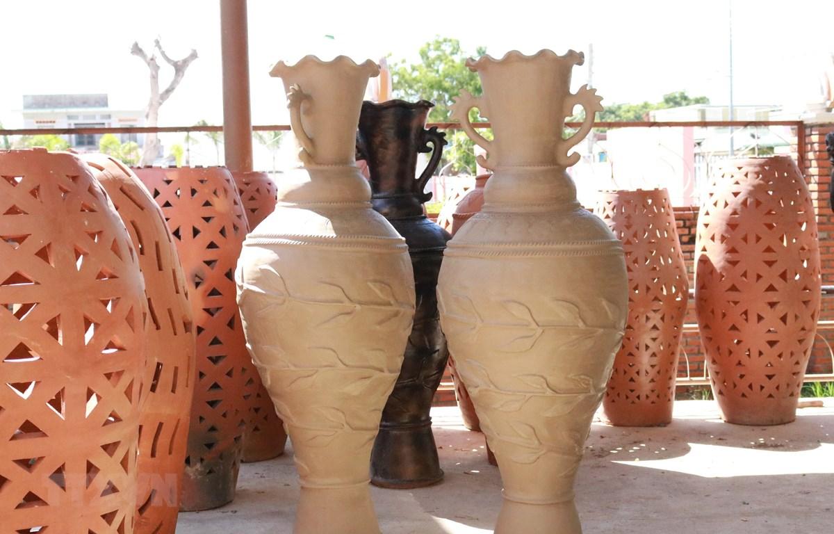 Dòng sản phẩm gốm mới của Hợp tác xã gốm Chăm Bàu Trúc (huyện Ninh Phước). (Ảnh: Nguyễn Thành/TTXVN)