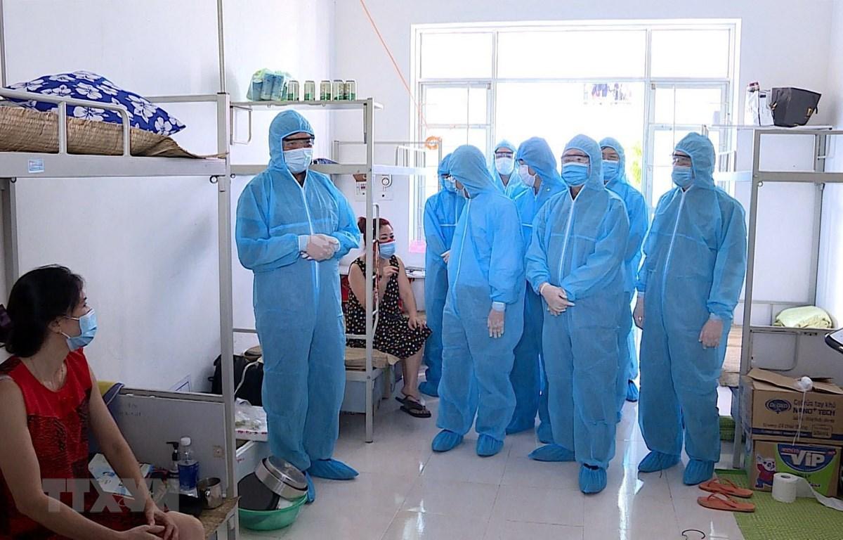 Đoàn công tác của Ban Chỉ đạo quốc gia phòng, chống dịch COVID-19 và lãnh đạo tỉnh Hải Dương kiểm tra thực tế công tác phòng, chống dịch tại khu cách ly tập trung Ký túc xá trường Đại học Hải Dương. (Ảnh: Mạnh Tú/TTXVN)