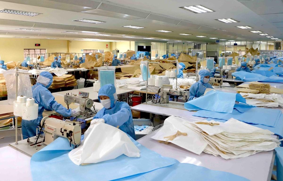 Dây chuyền sản xuất bao, túi đựng chuyên dụng của Công ty Kohsei Multipack Việt Nam tại Khu công nghiệp Bình Xuyên, Vĩnh Phúc. (Ảnh: Hoàng Hùng/TTXVN)